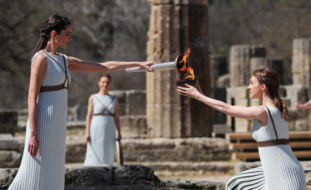 V antični Olimpiji prižgali olimpijski ogenj za Tokio