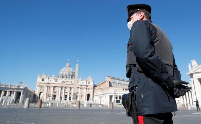 Vatikan, navadno poln romarjev in turistov, je zaradi italijanske prepovedi gibanja, s katero poskušajo preprečiti širjenje koronavirusa, v teh dneh srhljivo prazen. FOTO: Reuters