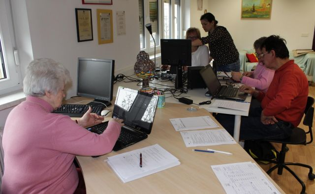 Stanovalci radi sodelujejo v pogovornih skupinah, kvizu, v dejavnostih za ročna dela in na več drugih področjih. Fotodokumentacija Dela