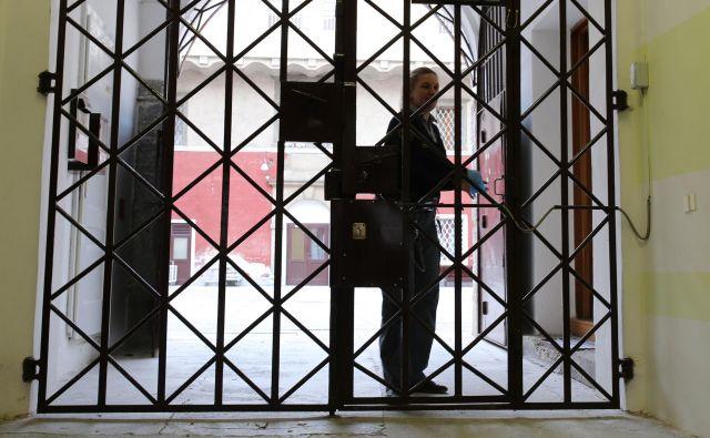 Vrata zapora so se zaprla tudi za obiskovalce. FOTO: Tomi Lombar/Delo