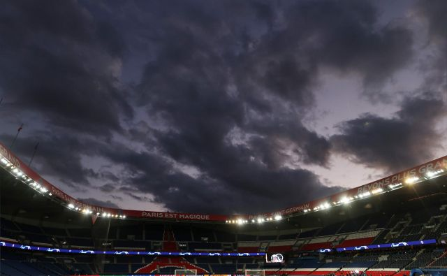 Nad športom so se zgrnili sivi oblaki, kot so se nad Parkom princev, kjer je bila pred praznimi tribunami odigrana tekma med PSG in Borussio. Liga prvakov je zaradi koronavirusa do nadaljnjega prekinjena. FOTO: AFP