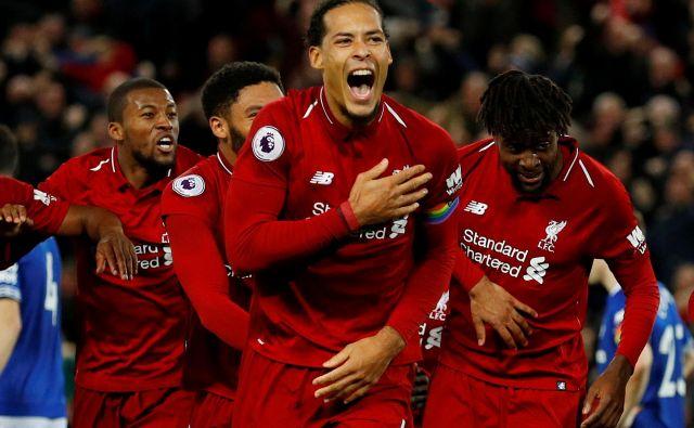 Nogometašem Liverpoola (na fotografiji Virgil van Dijk) se nasmiha prvi naslov angleškega prvaka po letu 1990 tudi brez motrebitne odpoved angleškega prvenstva. FOTO: Reuters