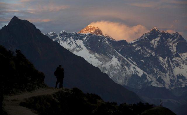 Izbruh koronavirusa utegne prinesti vsaj eno svetlo plat. Narava okrog baznega tabora pod Everestom si bo zaradi prepovedi vsaj nekoliko opomogla. FOTO: Reuters