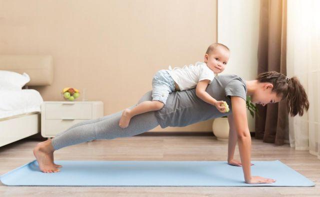 Pri vadbi nam lahko pomaga tudi otrok, na primer. FOTO: Shutterstock