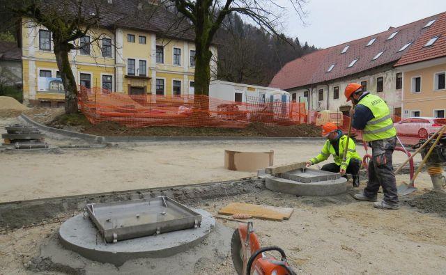 Zdaj že urejajo Mestni trg v Višnji Gori. Prihodnji mesec pride na vrsto tudi temeljita obnova stare šole. FOTO: Bojan Rajšek/Delo