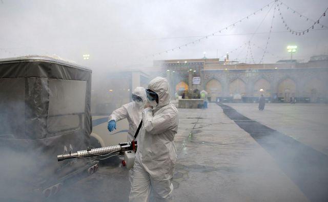 Iranski zdravstveni sistem se zaradi sankcij in slabega vodenja ni mogel spopasti z epidemijo. Foto Reuters