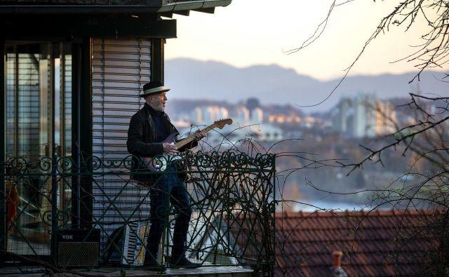 Vlado Kreslin med nastopom na svojem balkonu v Črnučah.<br /> FOTO: Matej Družnik