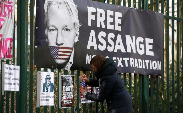 Ne vedel bi, a vendar vem, da Julian Assange že čaka na duhovno in fizično »osvoboditev«. Da ga obranijo nizkotnih obdolžitev, da zaživi v drugi »eksistenci. Foto Reuters