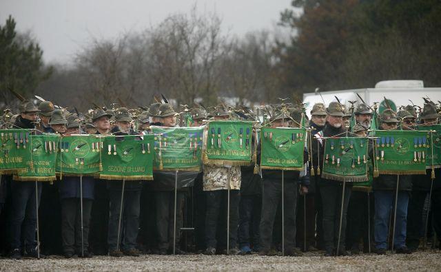Slovesnost pri spomeniku ž�rtvam povojnih pobojev v bliž�ini Bazovice pri Trstu februarja letos. Foto Blaž� Samec