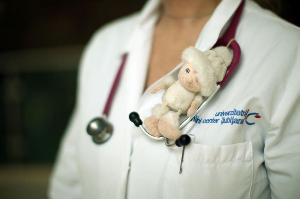 Slovenski pediatri: »Babic in dedkov tokrat ne vključujmo v čuvanje otrok«