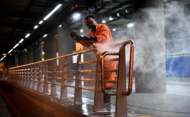 V ZDA po razglasitvi izrednih razmer razkužujejo postaje javnega prometa. FOTO: Luis Robayo/AFP