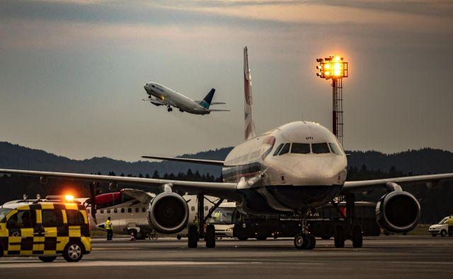 S torkom bodo ustavil tudi letalski promet. Omejitev bodo uveljavili dan pozneje kot za siceršnji javni promet. FOTO: Voranc Vogel