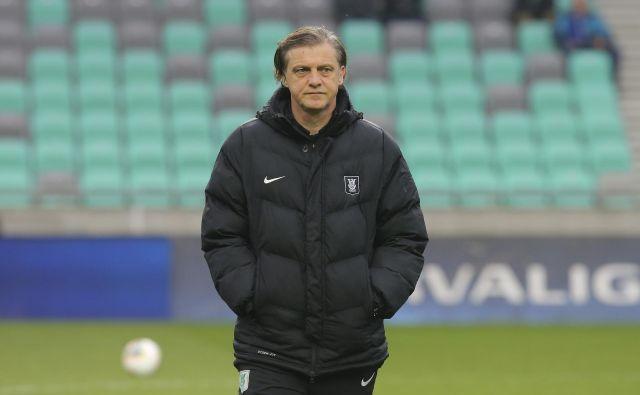 Trener Olimpije Safet Hadžić kot vsa nogometna Slovenija čaka, kakšna bo usoda domačega prvoligaškega prvenstva. FOTO: Jože Suhadolnik