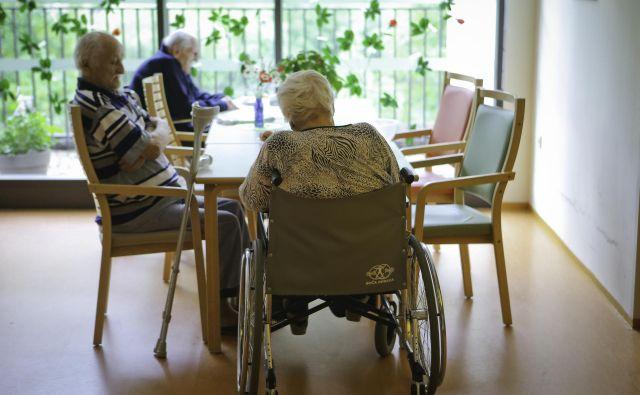 V domovih za starostnike že dalj časa velja prepoved vseh obiskov. FOTO: Jože Suhadolnik/Delo