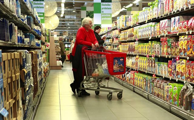 V Mercatorju urejajo koridorje za kupce v večjih nakupovalnih centrih. FOTO: Jože Suhadolnik/Delo