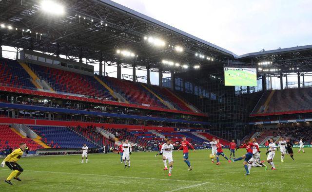 Na nedeljski tekmi CSKA in Ufe v Moskvi je bilo število gledalcev močno omejeno. FOTO: AFP