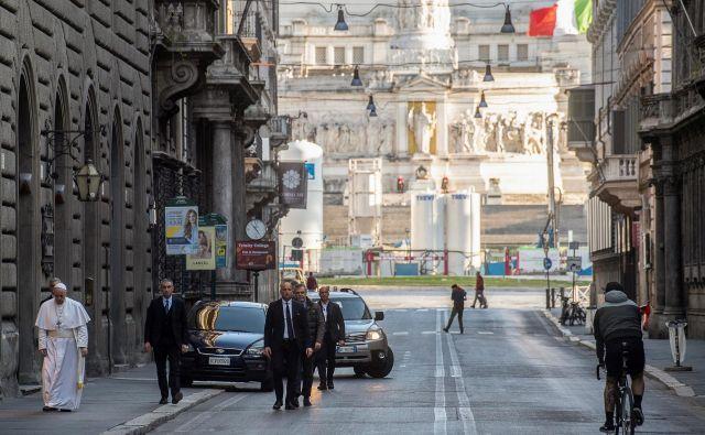 Papež Frančišek se je k molitvi podal skozi opustelo središče Rima. FOTO: Vatican Media/Reuters