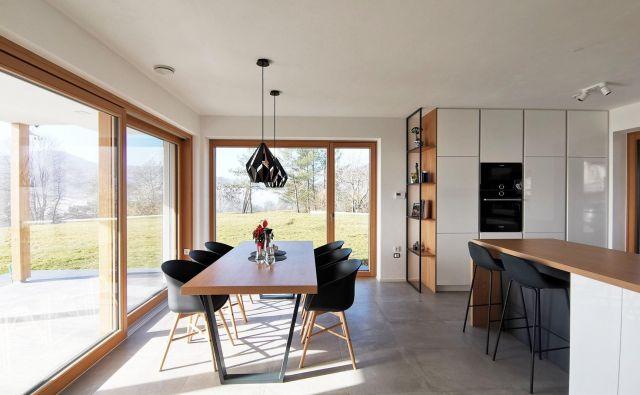 Vodilo pri zasnovi hiše je bilo ustvariti odprt, zračen prostor s čim manj visečih elementov, ki bi zastirali poglede na prelepo okolico. Največja kakovost hiše je namreč ravno lokacija, na kateri stoji. Foto arhiv Studio Arhein