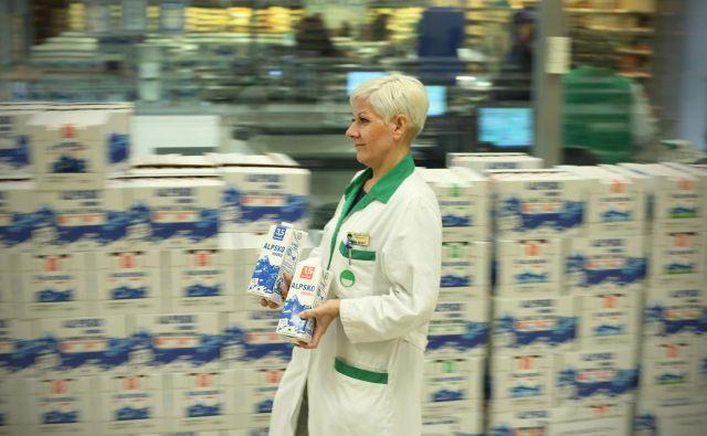 Trgovci bodo za omejitev širjenja novega koronavirusa danes skrajšali delovni čas, pripravljajo pa se tudi na nadzorovan vstop v trgovine, da bi tako omejili število hkratnih kupcev. FOTO: Jure Eržen