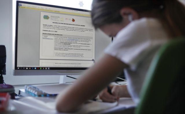 Glede na to, da zaradi preobremenjenosti strežnikov dostop do spletnih šolskih vsebin skoraj ni bil mogoč, so očitno vsi zelo resno sprejeli delo na daljavo. FOTO: Leon Vidic/Delo