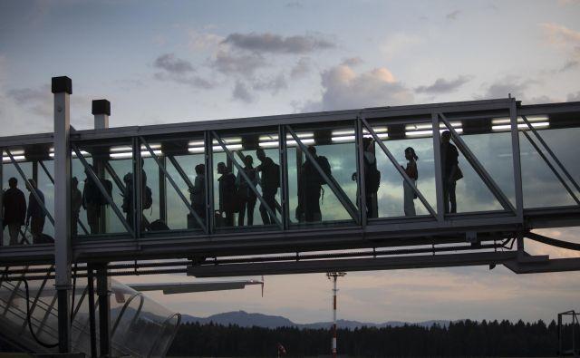 Z Letališča Jožeta Pučnika Ljubljana so - ali še bodo - odpotovali zadnji potniki na rednih linijah. FOTO: Voranc Vogel/Delo