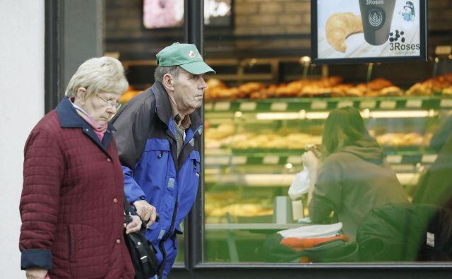 Prostovoljci programa Starejši za starejše do nadaljnjega obiske omejijo na res najnujnejše in nikakor ne vsakodnevne, pozivajo na Zvezi društev upokojencev Slovenije (Zdus). FOTO: Leon Vidic