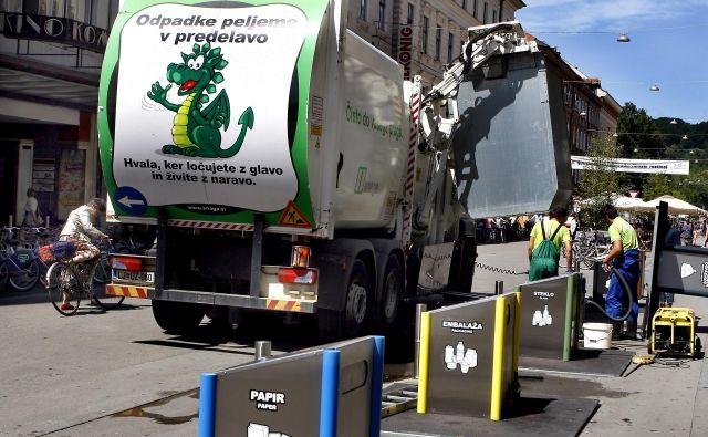 Vsa morebiti kužna zaščitna oprema mora biti trdno zaprta v plastični vrečki in odložena v črni zabojnik. FOTO: Aleš Černivec/Delo