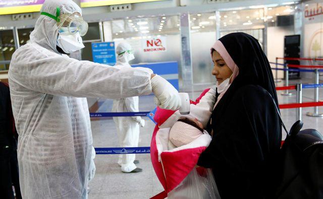 Iran sodi med države, ki jih je pandemija najbolj prizadela. Število smrtnih žrtev je uradno doseglo 853, potrjenih okužb je 14.991.FOTO: Alaa Al Mardžani/Reuters