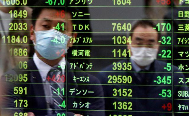 Padec indeksov evropskih borz se bliža 40 odstotkom. Toliko so indeksi zdrsnili tudi v času zadnje gospodarske krize, a je bil takrat zdrs precej bolj razpotegnjen. FOTO: Issei Kato / Reuters
