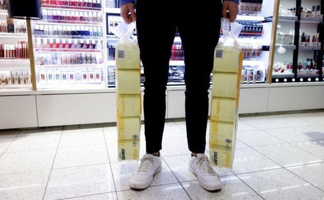 Po vsem svetu je s trgovskih polic izginil toaletni papir. FOTO: Reuters