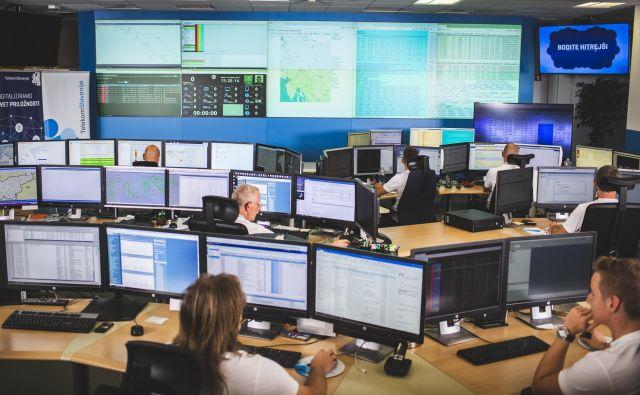 Telekom Slovenije opozarja, da je trenutna obremenitev omrežij resen izziv za strokovnjake (na sliki nadzorni operativni center Telekoma Slovenije). Foto Telekom Slovenije
