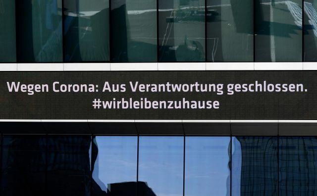 Zaprto zaradi koronavirusa so napisi na številnih javnih poslopjih v Nemčiji. FOTO: Ina Fassbender/AFP