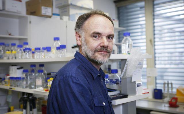Dr. Roman Jerala se zavzema za preizkus drugih, hitrejših pristopov. FOTO: Jože Suhadolnik/Delo <div> <div></div> </div>