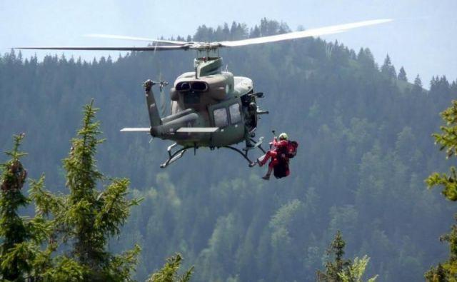 V nekaj dneh je moral že drugič pri reševanju v gorah posredovati helikopter. Fotografija je simbolična. FOTO: Boštjan Fon