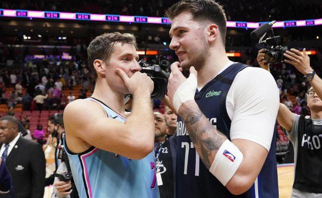 Goran Dragić (levo) in Luka Dončić sta pred prekinitvijo prvenstva odigrala slovenski derbi v Miamiju. FOTO: Reuters
