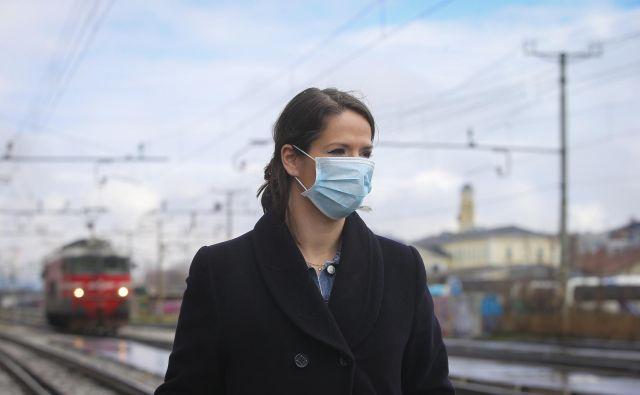 Največ povprašujejo podjetja in tudi državne ustanove, in sicer po maskah. Foto Jože Suhadolnik/Delo