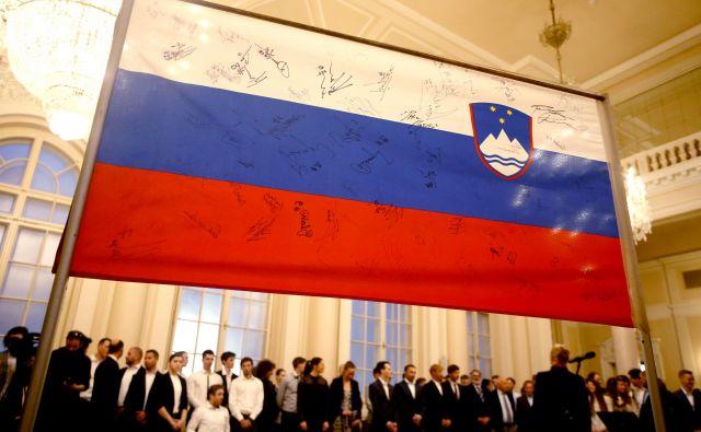 Slovensko gospodarstvo bo po prvih ocenah upadlo za šest odstotkov. Bodo vladni ukrepi dovolj, da se slovenska zastava dvigne? Foto Roman Šipić