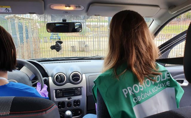 Kočevski prostovoljci imajo posebne brezrokavnike, tako da ni dvoma, kdo jih pošilja. Foto Občina Kočevje