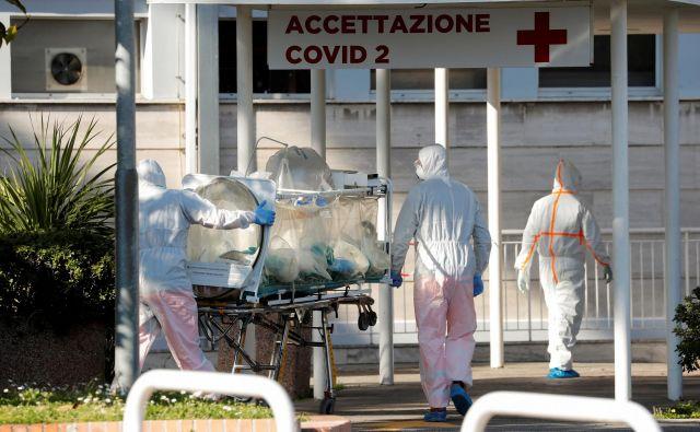 Če v severni Italiji število novih okužb raste, a počasneje kot v zgodnejših fazah epidemije, bodo prihodnji dnevi odločilni za osrednji in južni del države. FOTO: Remo Casilli/Reuters