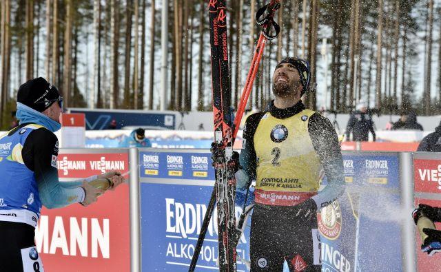 Martin Fourcade se je za zadnjo zmago in konec kariere okopal v šampanjcu. FOTO: Reuters