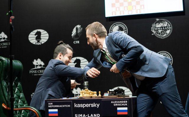 Ruska šahista Aleksandr Griščuk in Jan Nepomnjaščij sta se takole pozdravila pred včerajšnjo partijo na turnirju v Jekaterinburgu. FOTO: Reuters