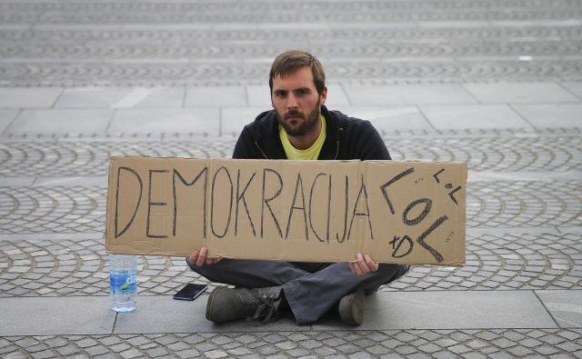Protesti pred državnim zborom v času samoizolacije. FOTO: Jože Suhadolnik