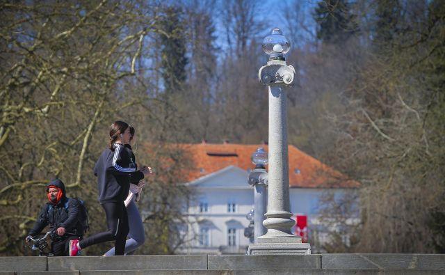 V Sloveniji si (še) lahko privoščimo tek ali sprehod v naravi, če se izogibamo stikom zunaj ožje družine in upoštevamo higienska pravila. FOTO: Jože Suhadolnik/Delo