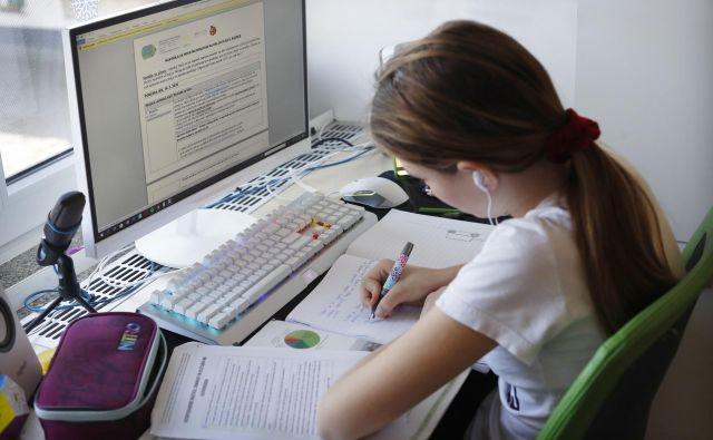 Učenje od doma, brez klepetanja v živo. FOTO: Leon Vidic