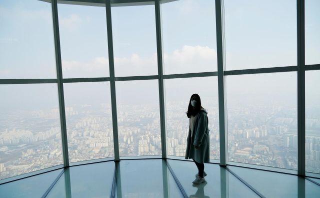 Razgled na Seul – z masko. Foto: Kim Hong-ji/Reuters