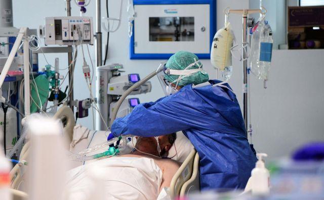 Bolnišnice na severu Italije spadajo med najboljše v Evropi, a zaradi pomanjkanja zadostnega števila respiratornih sistemov ne morejo nuditi ustrezne oskrbe vsem, ki jo potrebujejo. Foto: Afp