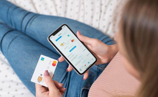 Z mobilno denarnico mBills lahko plačujete iz domačega naslanjača. FOTO: mBills