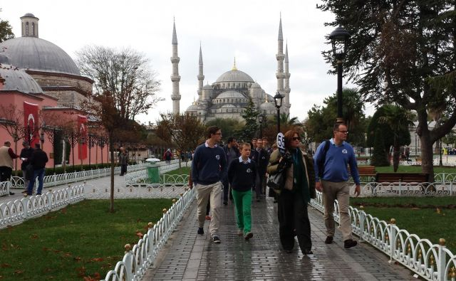 Turisti v Istanbulu. Fotografija je simbolična. FOTO: Tadej Regent/Delo