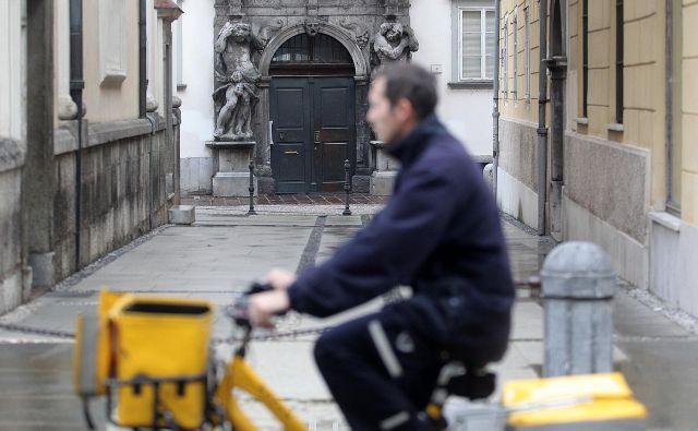 V Pošti Slovenije pozivajo k spoštovanju navodil in protokolov za ohranjanje zdravja zaposlenih na okencih, dostavljavcev ter vseh drugih. FOTO:Mavric Pivk/Delo