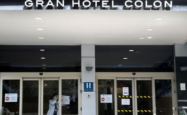 V bolnišnico so spremenili prvi hotel v Madridu.FOTO: AFP
